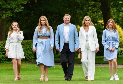 Los Reyes de Holanda junto a sus tres hijas
