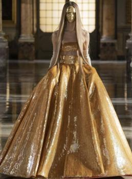 The gold of Valentino, this time transferred to Rome to present his collection.