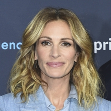Julia Roberts wears another rejuvenating haircut: shoulder length hair, with blonde highlights and soft waves.