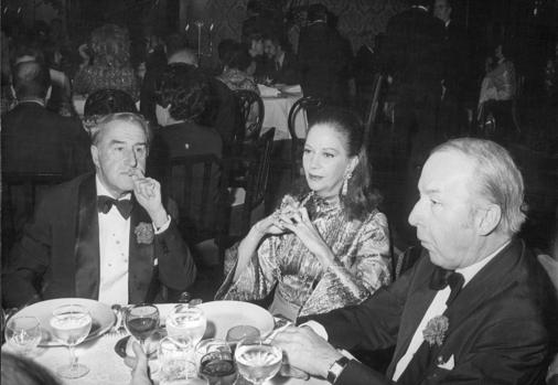 The couturier, on the right, together with Conchita Montes and Luis Escobar, in 1972, when he had already returned to Spain