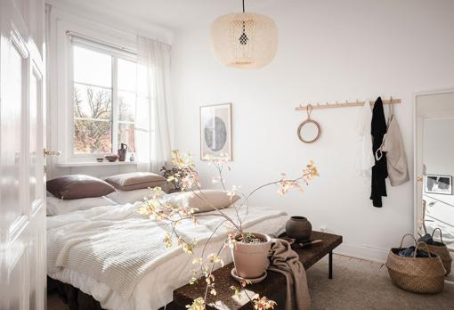 White and beige dress this bedroom from top to bottom, favoring both the feeling of spaciousness and lightness or relaxation