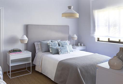 The almost transparent blinds of this KA International proposal let the light reach every corner of the bedroom, favoring, at the same time, a feeling of freshness