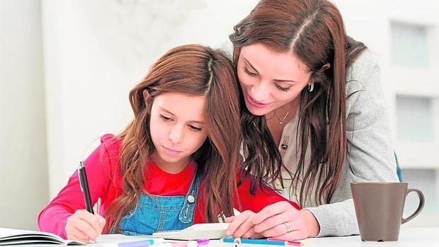Los niños españoles figuran entre los que más horas dedican a hacer deberes de toda la OCDE, una media de 6 horas semanales