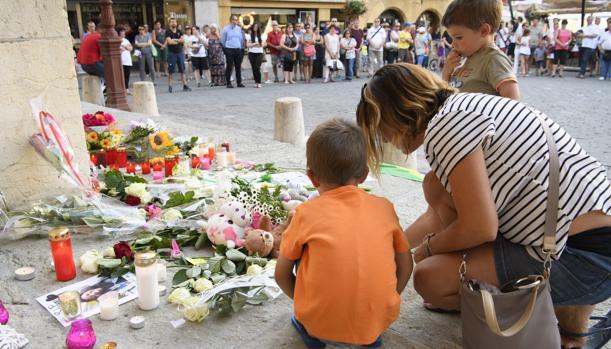 Decenas de personas se reúnen para rendir homenaje a las 84 víctimas del atentado de Niza