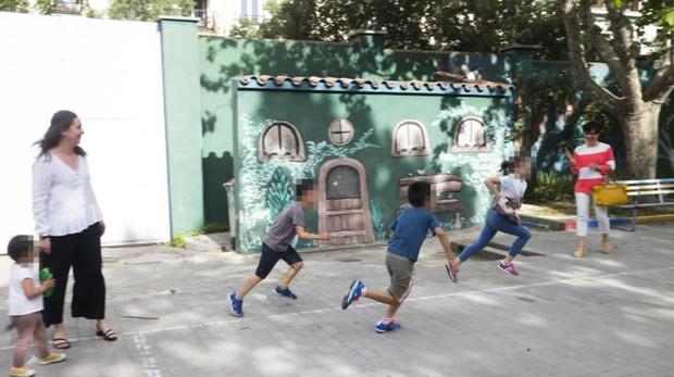 Varios niños de acogida juegan en el patio de la residencia Vallehermoso de Madrid