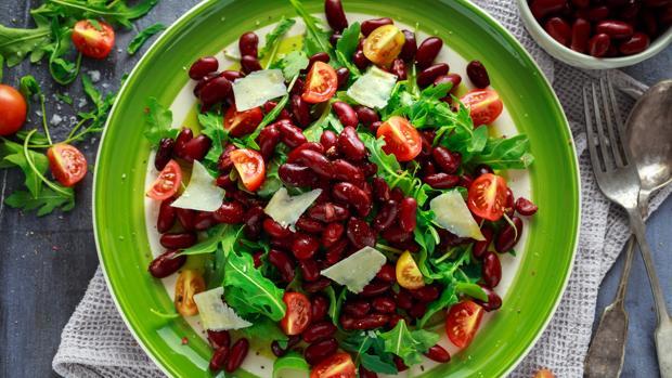 Las ensaladas de legumbres son frescas, ligeras y aportan nutrientes necesarios también en verano