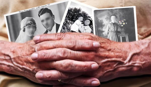 Mujer anciana sosteniendo fotografías