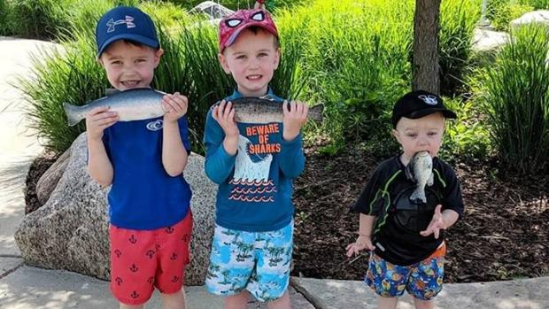 La imagen de Landon con sus dos hermanos mayores que se ha vuelto viral en internet