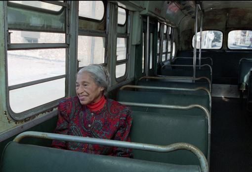 Rosa Parks, 40 años después del fin de la segregación, en el autobús en que tuvo lugar su protesta