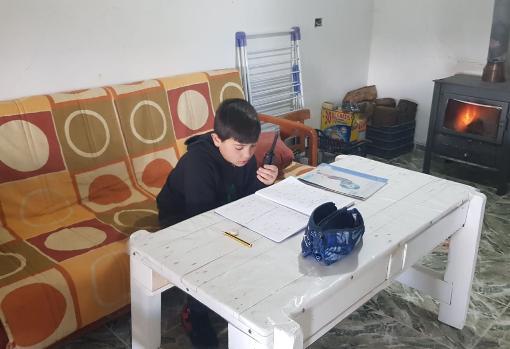 Iván López, alumno de tercero de Primaria en clase con walkie-talkie, en este caso propios
