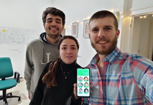 Maximiliana, el móvil para mayores que inventó un joven que quería videollamar a su abuela