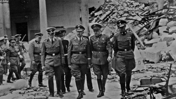 Himmler y el general Moscardó visitando las ruinas del Alcázar. Junto a ellos también está Karl Wolff.