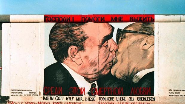 Mural del beso de Leonidas Brezhnec a Erich Honecker, en 1979