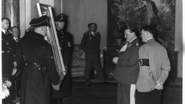 Hermann Göring y Adolf Hitler admiran una obra requisada por los nazis