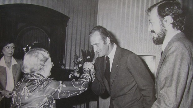 La viuda de Manuel Azaña, junto al Rey