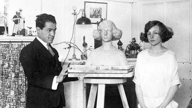 En el Palacio Real, la Infanta Beatriz posa para un busto realizado por el escultor Soriano Montagut