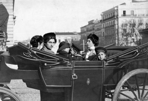 Los hijos de Alfonso XIII, el Príncipe de Asturias (1), el Infante Jaime (2) y la Infanta beatriz (3) a su regreso a palacio después de su paso por la Casa de Campo en 1913.