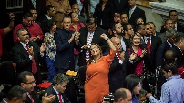 La diputada del Partido Socialista Unido de Venezuela Tania Diaz (c) y sus compañeros de bancada gritan arengas durante la instalación de la Asamblea Nacional de Venezuela