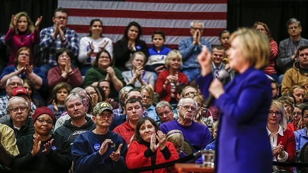 La candidata presidencial demócrata estadounidense Hillary Clinton habla durante un acto de campaña en el Centro de Eventos y Convenciones Prazz! hoy, miércoles 20 de enero de 2016, en Burlington, Iowa (EE.UU.)