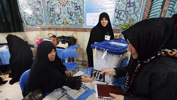 Una mujer ejerce su derecho al voto este viernes en Teherán