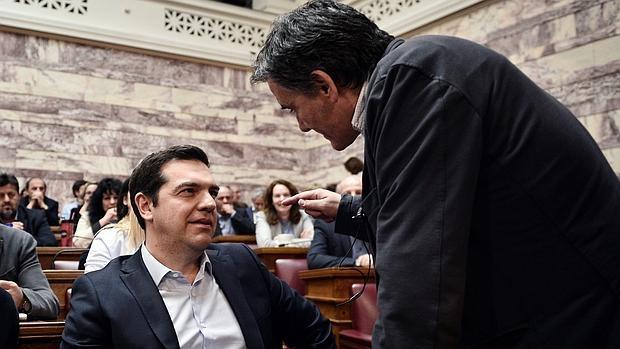 El primer ministro griego, Alexis Tsipras (i) , conversa con su ministro de Finanzas, Euclides Tsakalotos, durante una reunión de su partido en el Parlamento