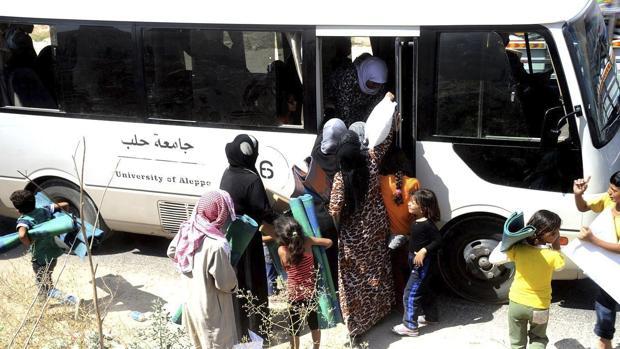 Decenas de familias evacúan la ciudad de Alepo
