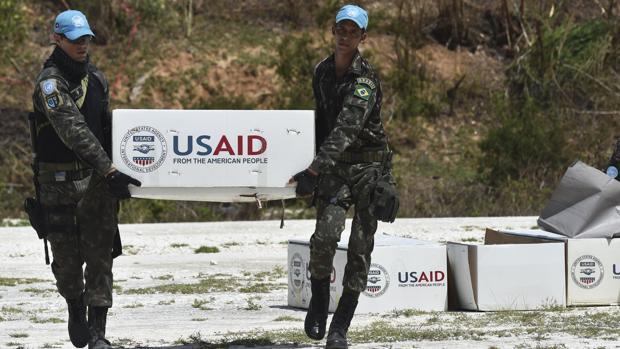 El helicóptero estadounidense Jeremie lleva ayuda humanitaria a Puerto Príncipe