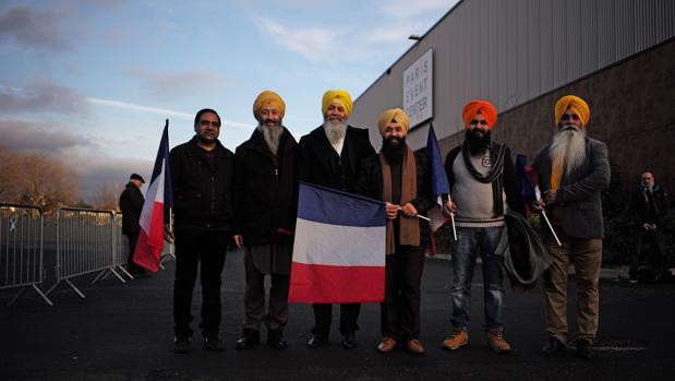 Representantes de la comunidad Siji de París, ayer a la salida del mitin de François Fillon