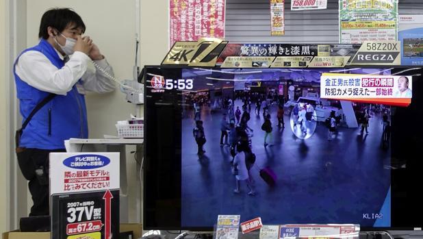 Imágenes en la televisión malasia del asesinato de Kim Jong Nam