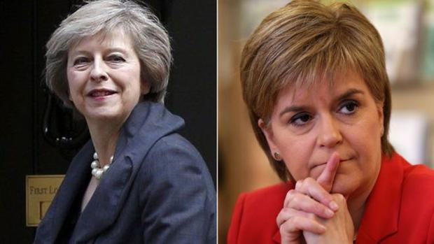 Theresa May (izquierda) y Nicola Sturgeon mantinen diferencias sobre la fecha de celebración del segundo referendum en Escocia