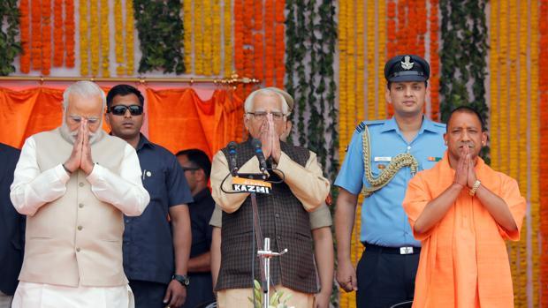 Adityanath, a la derecha de la imagen, y Modi, a la izquierda, en la toma de posesión