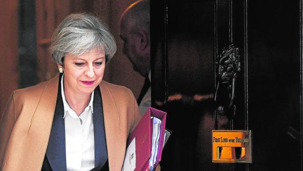 Theresa May sale del 10 de Dowinng Street camino del Parlamento