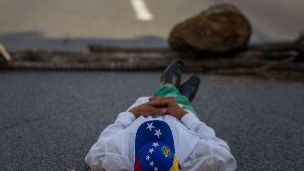 Un hombre participa en una manifestación contra el Gobierno venezolano