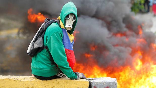 Un manifestante participa en una protesta contra Nicolás Maduro en Venezuela