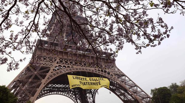 Greenpeace cuelga un cartel contra el Frente Nacional en la Torre Eiffel