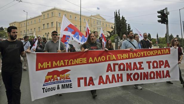 Maniftestantes contra los recortes en el centro de Atenas