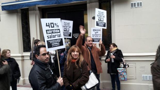 Trabajadores locales de la Embajada española en Argentina se manifiestan