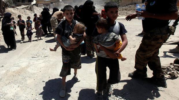 Familias de refugiados abandonan la ciudad vieja de Mosul ante las fuerzas antiterroristas iarquíes