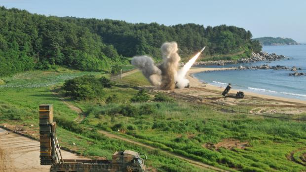 Un misil durante el ejercicio conjunto de capacidad de lanzamiento de precisión entre Corea del Sur y Estados Unidos