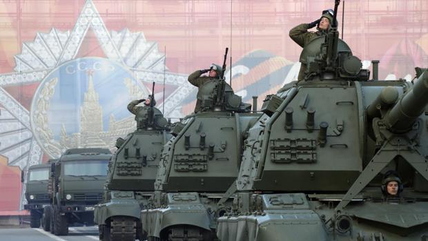 Vehículos militares de la unidad del ejército ruso transitan en la plaza Dvortsovaya en San Petersburgo con motivo del Día de la Victoria