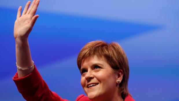 La ministra principal escocesa, Nicola Sturgeon, saluda hoy desde el escenario en la Conferencia del SNP, en Glasgow