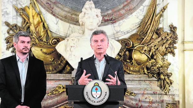 El presidente Mauricio Macri (derecha), ayer durante una rueda de prensa en la Casa Rosada, acompañado por el jefe del Gabinete, Marcos Peña
