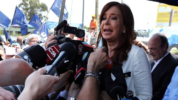 Fernandez de Kirchner habla con la prensa tras salir del tribunal de justicia, en Buenos Aires