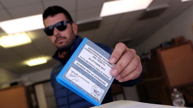 Un hombre participa en Venecia en el referéndum del Véneto del pasado 22 de octubre