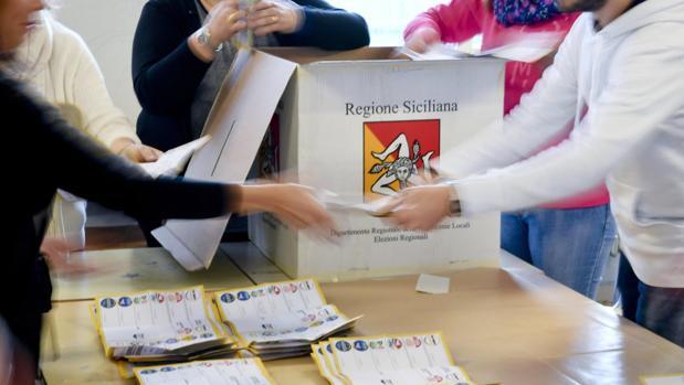 Miembros de una mesa electoral recuentan votos en un colegio electoral en Caltanisseta en Sicilia