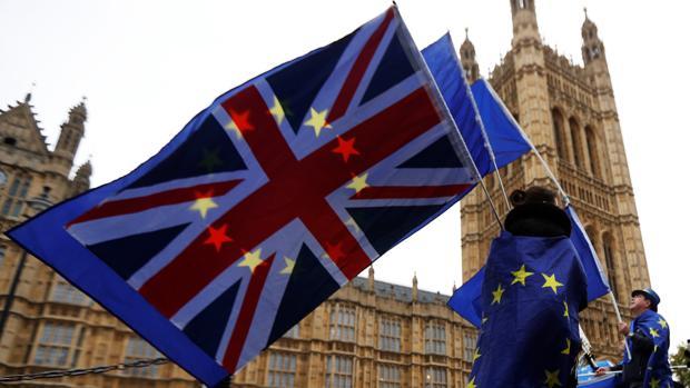 Manifestantes contra el Brexit, a las puertas del Parlamento británico