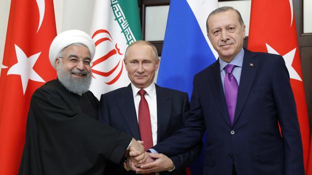 El presidente Vladimir Putin posa hoy con sus homólogos de Irán, Hasan Rohani (izda.), y turco, Recep Tayyip Erdogan