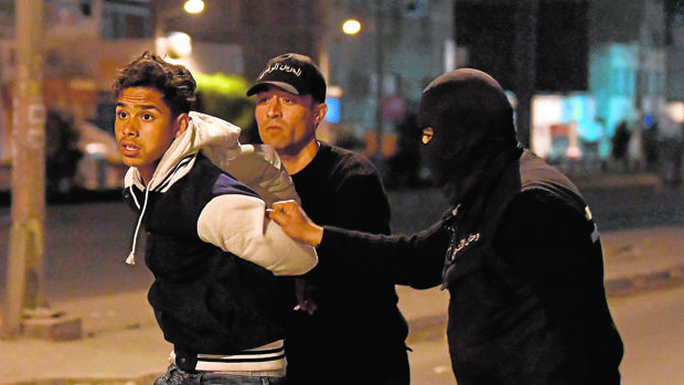 Las fuerzas de seguridad tunecinas detienen a un manifestante