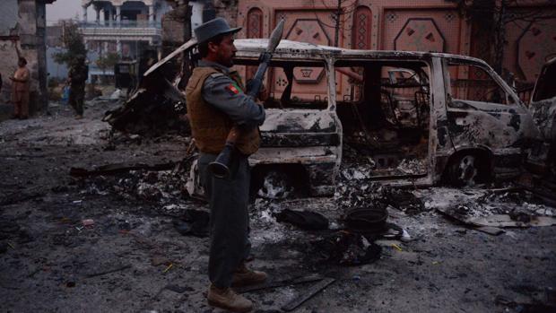 Una columna de humo sale de la sede de Save the Childrenen en Jalalabad (Afganistán) tras el atentado suicida que ha sufrido de este miércoles