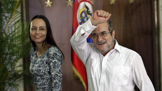 El líder de las FARC, Rodrigo Londoño Echeverri (d), alias «Timochenko», saluda junto a una guerrillera